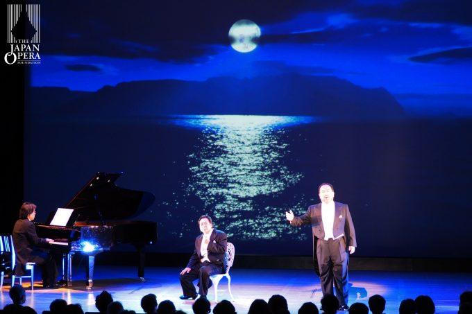 """オペラ「瀧廉太郎」より""""〈荒城の月〉の作者にやっと会えた""""(左は持木弘、右は豊島雄一)"""