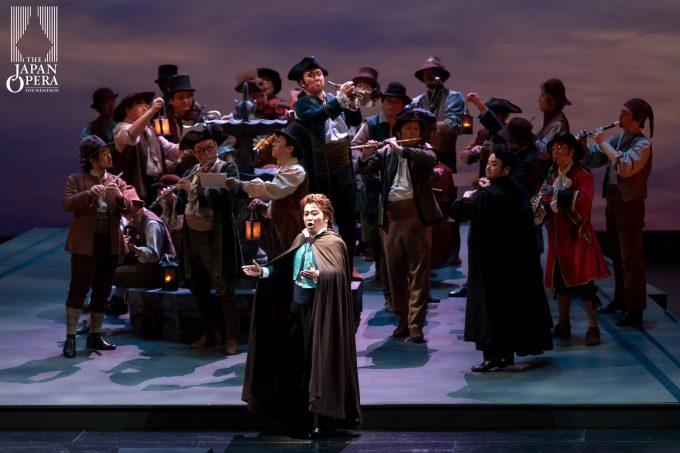第1幕 アルマヴィーヴァ伯爵(中井亮一)とフィオレッロ(大石洋史)と藤原歌劇団合唱部