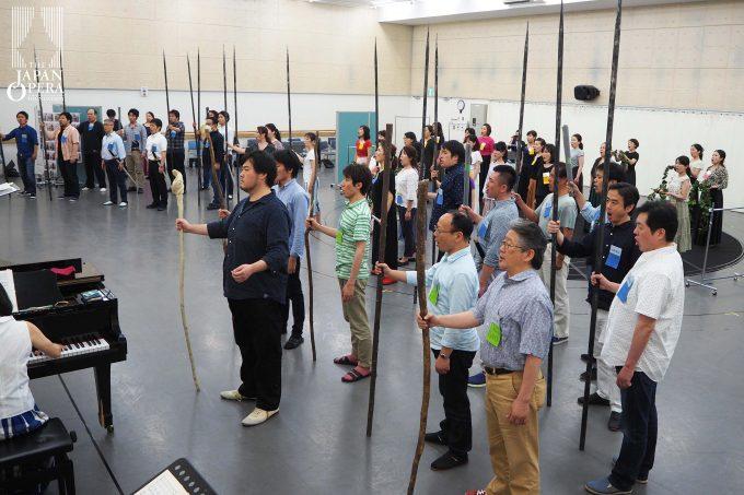 びわ湖ホール声楽アンサンブルの皆さんも合流し、合唱付の立ち稽古も始まりました!