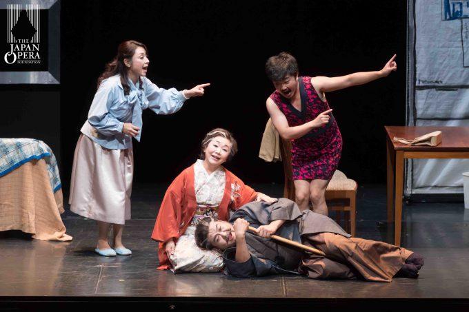 第1幕より 正男(中井亮一)、薫(沢崎恵美)、ハナ(きのしたひろこ)、忠義(泉良平)