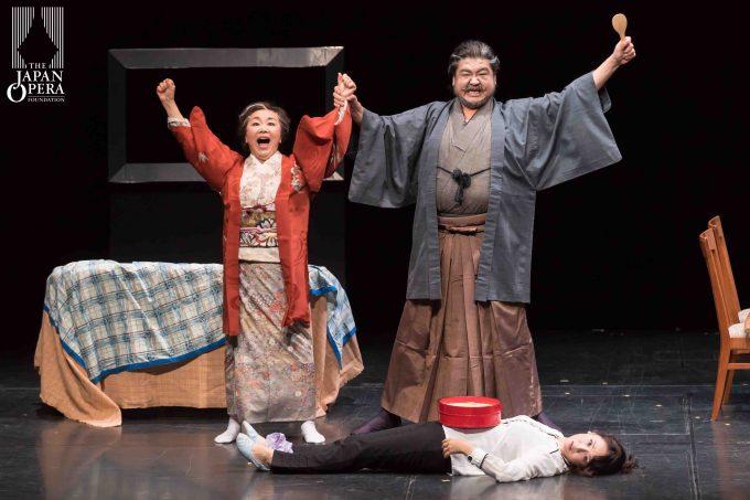 第1幕より 薫(沢崎恵美)、ハナ(きのしたひろこ)、忠義(泉 良平)