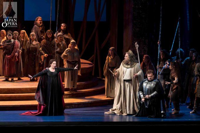 第2幕より ノルマ(マリエッラ・デヴィーア)、ポッリオーネ(ステファン・ポップ)、オロヴェーゾ(伊藤貴之)