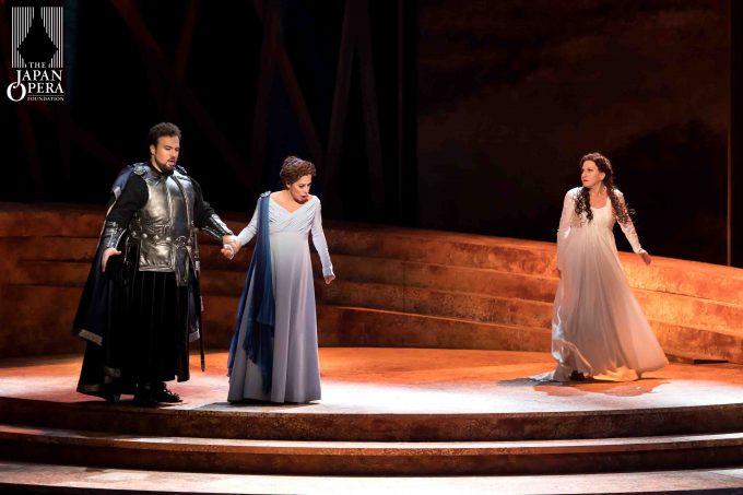 第1幕フィナーレ ノルマ(マリエッラ・デヴィーア)、アダルジーザ(ラウラ・ポルヴェレッリ)、ポッリオーネ(ステファン・ポップ)