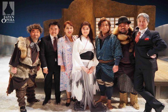 カーテンコールの後に郡愛子総監督、指揮の園田隆一郎、演出の岩田逹宗、ソリストで