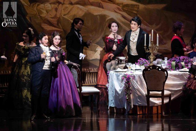 第1幕より ヴィオレッタ:砂川涼子、アルフレード:西村 悟、ガストン:松浦 健