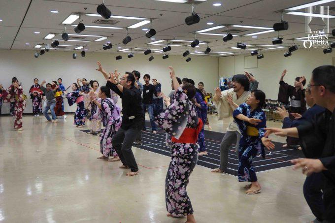 日本オペラ協会合唱部も賑やかです!