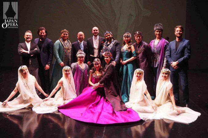 終演後に指揮のセスト・クワトリーニ、演出のファビオ・チェレーザ、折江忠道藤原歌劇団総監督、衣裳家のジュゼッペ・パレッラ、振付のマッティア・アガティエッロ、ソリスト、ダンサーで