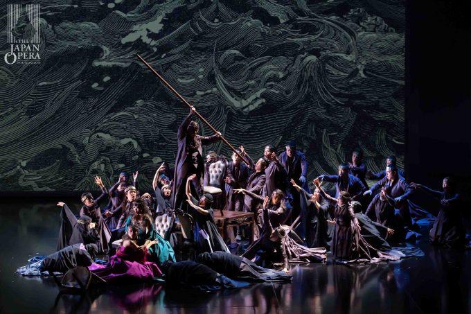 第2幕より フランチェスカ(レオノール・ボニッジャ)、イザウラ(楠野麻衣)、グエルフォ(有本康人)、藤原歌劇団合唱部