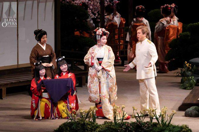 第1幕より 蝶々夫人(迫田美帆)、ピンカートン(藤田卓也)、スズキ(但馬由香)