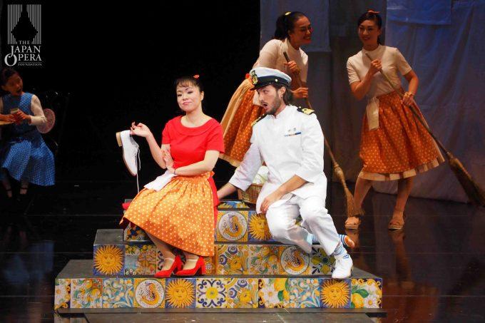 第1幕より ロジーナ(但馬由香)、ロディマルテ(パトリーツィオ・ラ・プラーカ)