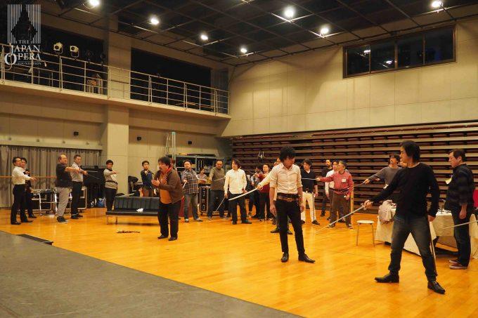 藤原歌劇団合唱部とも合流し、迫力も増した立ち稽古です!