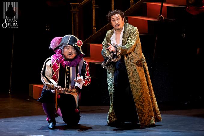 第1幕より リゴレット(上江隼人)、マントヴァ公爵(村上敏明)