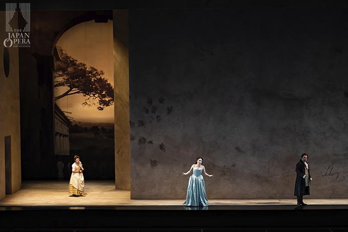第2幕より アルマヴィーヴァ伯爵(井出壮志朗)、伯爵夫人(迫田美帆)、スザンナ(横前奈緒)