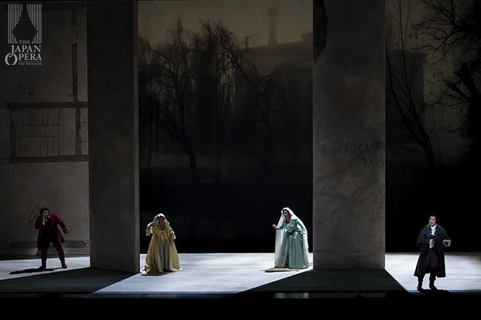 第4幕より アルマヴィーヴァ伯爵(井出壮志朗)、伯爵夫人(迫田美帆)、フィガロ(小野寺光)、スザンナ(横前奈緒)