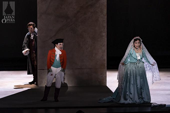 第2幕より アルマヴィーヴァ伯爵(井出壮志朗)、伯爵夫人(迫田美帆)、ケルビーノ(丹呉由利子)